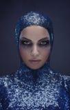 Ładna dama jest ubranym błękitnego cekinu mundur Fotografia Stock