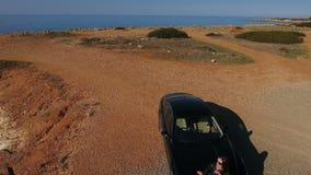 Ładna dama przy samochodowym kapiszonem blisko morza w Cypr zbiory wideo