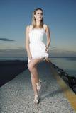Ładna dama w białym kostiumu Zdjęcia Stock