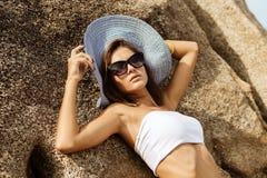 Ładna dama w lato stroju na plaży Zdjęcie Stock