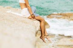 Ładna dama w lato stroju na plaży Obrazy Stock