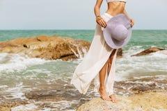 Ładna dama w lato stroju na plaży Zdjęcie Royalty Free