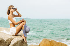 Ładna dama w lato stroju na plaży Fotografia Royalty Free