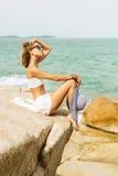 Ładna dama w lato stroju na plaży Fotografia Stock