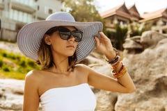 Ładna dama w lato stroju na plaży Obraz Royalty Free