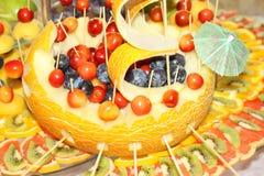 Ładna dekoracyjna łódź z melonem, wiśnia, grapefruitowy i gronowy Obraz Royalty Free