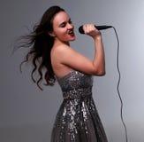 Ładna dziewczyna śpiewa Zdjęcia Royalty Free