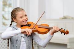 Ładna dziewczyna bawić się skrzypce Fotografia Royalty Free
