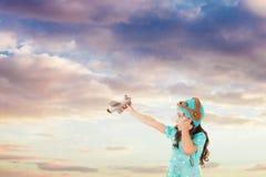Ładna dziewczyna bawić się z trykotową samolot zabawką zdjęcia royalty free