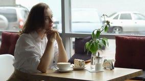 Ładna dziewczyna cieszy się fragrant kawy i cukierki tortowego obsiadanie w kawa domu Biznesowa kobieta odpoczywa podczas przerwy Obraz Stock