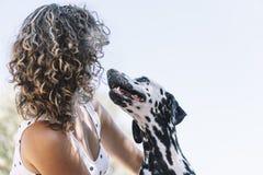 Ładna dziewczyna i szczęśliwy dalmatian pies obraz royalty free