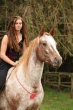 Ładna dziewczyna jedzie konia bez jakaś wyposażenia Zdjęcia Stock