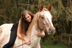 Ładna dziewczyna jedzie konia bez jakaś wyposażenia Zdjęcie Stock