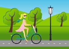 Ładna dziewczyna jedzie rower Zdjęcia Royalty Free