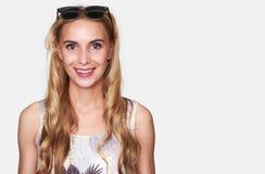 Ładna dziewczyna jest ubranym okulary przeciwsłonecznych na głowie obrazy stock