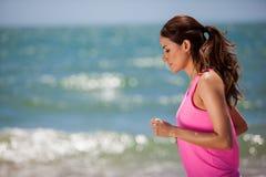 Ładna dziewczyna jogging przy plażą Zdjęcie Royalty Free