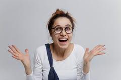 Ładna dziewczyna laughting hysterically Osoba w szokujący zdjęcie stock