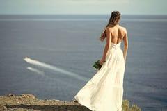 Ładna dziewczyna lub piękna panna młoda na błękitnym morzu Zdjęcie Royalty Free