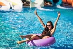Ładna dziewczyna na gumowym pierścionku w pływackim basenie fotografia royalty free