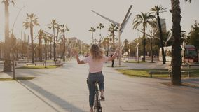 Ładna dziewczyna na jej miastowym rocznika bicyklu przy zmierzchem zbiory wideo