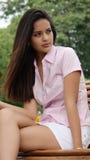 Ładna dziewczyna na Parkowej ławce Obraz Stock