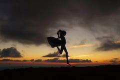 Ładna dziewczyna na pięknym zmierzchu Fotografia Royalty Free