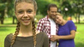 Ładna dziewczyna ono uśmiecha się na tle jej szczęśliwa rodziców, kochającej i troskliwej rodzina, zbiory wideo