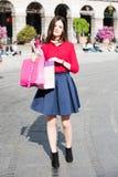 Ładna dziewczyna patrzeje jak osobistość robi zakupy zdjęcie royalty free