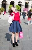 Ładna dziewczyna patrzeje jak osobistość trzepocze jej włosy pod słońcem fotografia royalty free