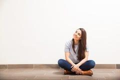 Ładna dziewczyna patrzeje w kierunku kopii przestrzeni zdjęcia stock