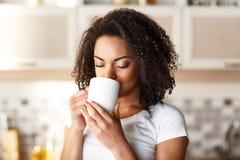 Ładna dziewczyna pije herbaty zdjęcia royalty free