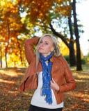 Ładna dziewczyna pozuje w jesień parku zdjęcia royalty free