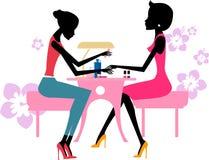 Ładna dziewczyna robi manicure'owi przy piękno salonem Zdjęcia Stock