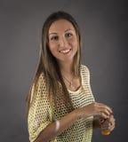 Ładna dziewczyna robi mydlanym bąblom Fotografia Royalty Free
