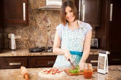 Ładna dziewczyna robi ono uśmiecha się i pizzy Fotografia Royalty Free
