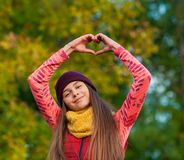 Ładna dziewczyna robi rękom w kierowym kształcie Zdjęcia Royalty Free