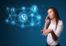 Ładna dziewczyna robi rozmowie telefonicza z ogólnospołecznymi sieci ikonami Zdjęcie Royalty Free