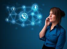 Ładna dziewczyna robi rozmowie telefonicza z ogólnospołecznymi sieci ikonami Zdjęcia Stock