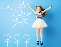 Ładna dziewczyna robi rysunkom na ścianie fotografia stock