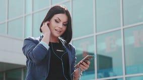Ładna dziewczyna robi selfies na smartphone Młoda brunetki kobieta z telefonem komórkowym Gadżety i ludzie Smartphone wewnątrz zdjęcie wideo