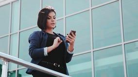 Ładna dziewczyna robi selfies na smartphone Młoda brunetki kobieta z telefonem komórkowym Gadżety i ludzie Smartphone wewnątrz zbiory wideo