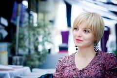 Ładna dziewczyna siedzi w kawiarni obraz stock
