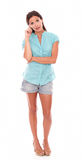 Ładna dziewczyna stoi pełną długość w skrótach Zdjęcia Stock