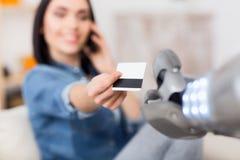 Ładna dziewczyna trzyma kredytową kartę Zdjęcia Royalty Free