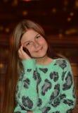 Ładna dziewczyna używa jej telefon komórkowego Fotografia Stock