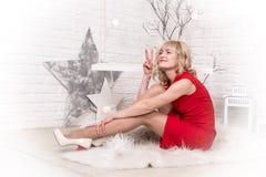 Ładna dziewczyna w bożych narodzeniach i pokoju Zdjęcia Stock