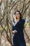 ładna dziewczyna w czarnym kostiumu wśród krzaków Obrazy Royalty Free