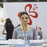 Ładna dziewczyna w Gruzińskim stojaku przy kawałkiem 2015, międzynarodowa turystyki wymiana w Mediolan, Włochy Zdjęcie Stock