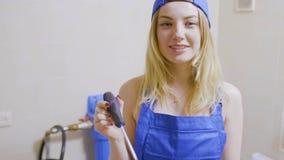 Ładna dziewczyna w kombinezonach stawia jej śrubokręt w kieszeń zbiory