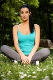 Ładna dziewczyna w krawieckim siedzeniu w citypark ja target742_0_ obrazy royalty free